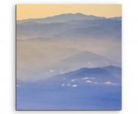 Landschaftsfotografie – Gebirge im orangen Nebel auf Leinwand exklusives Wandbild moderne Fotografie