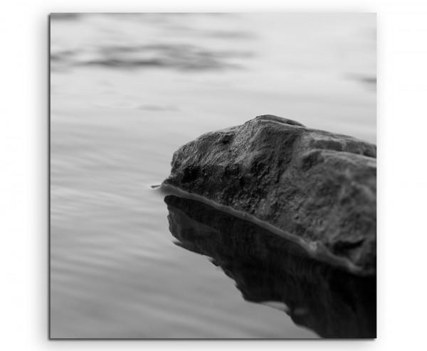 Landschaftsfotografie – Schwarzer Fels im Wasser auf Leinwand