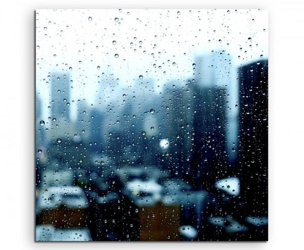 Urbane Fotografie – Skyline hinter nasser Glasscheibe auf Leinwand