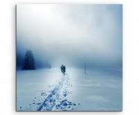 Künstlerische Fotografie – Paar im Schneesturm auf Leinwand exklusives Wandbild moderne Fotografie f