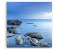 Landschaftsfotografie – Felsen in blauer Landschaft auf Leinwand