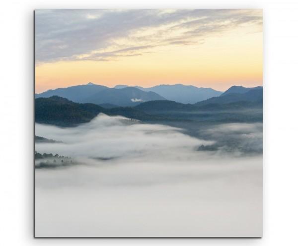 Landschaftsfotografie – Nebel im Gebirge bei Sonnenaufgang auf Leinwand