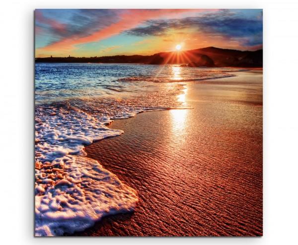 Naturfotografie – Sonniger Strand mit Meeresschaum auf Leinwand