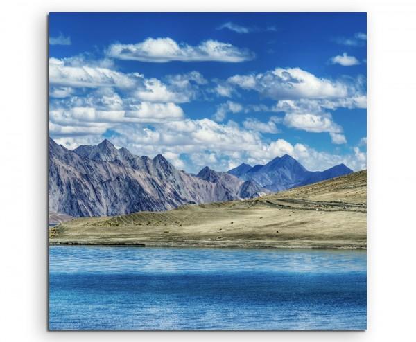 Landschaftsfotografie – Berge am Pangong Tso See, Tibet auf Leinwand
