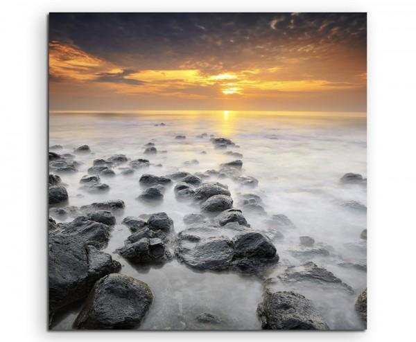 Naturfotografie – Gelber Sonnenaufgang über Felsküste auf Leinwand