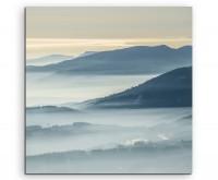 Landschaftsfotografie – Gebirge im Nebel auf Leinwand exklusives Wandbild moderne Fotografie für ihr