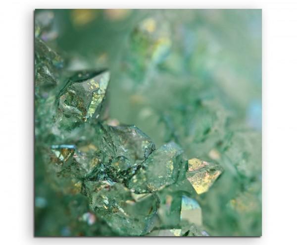 Naturfotografie – Funkelnde grüne Kristalle auf Leinwand