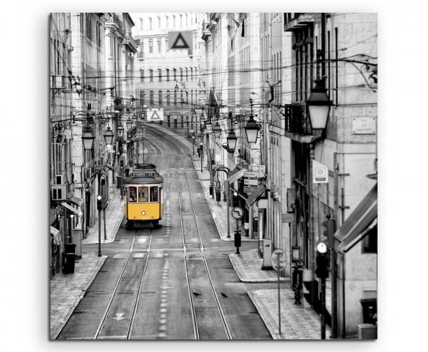 Naturfotografie – Gelbe Straßenbahn in Lissabon, Portugal auf Leinwand