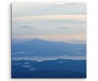 Landschaftsfotografie – Blaue Nebellandschaft auf Leinwand