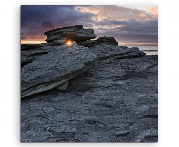 Landschaftsfotografie – Felsen am Meer mit Sonnenstrahlen auf Leinwand
