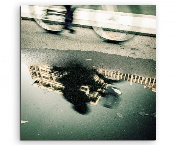 Künstlerische Fotografie – Fahrradspiegelung in Pfütze auf Leinwand