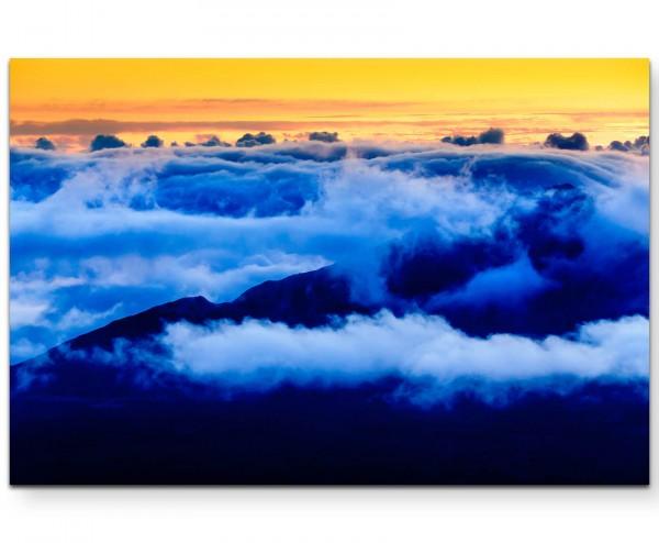 Wolken hängen am Berg - Leinwandbild