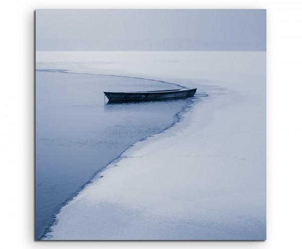 Landschaftsfotografie – Einsames Boot am eingefrorenen See auf Leinwand