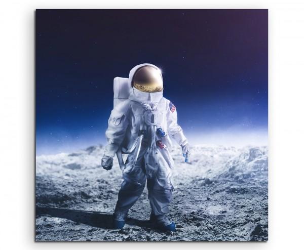 Astronaut in Mondlandschaft vor blauem Himmel auf Leinwand