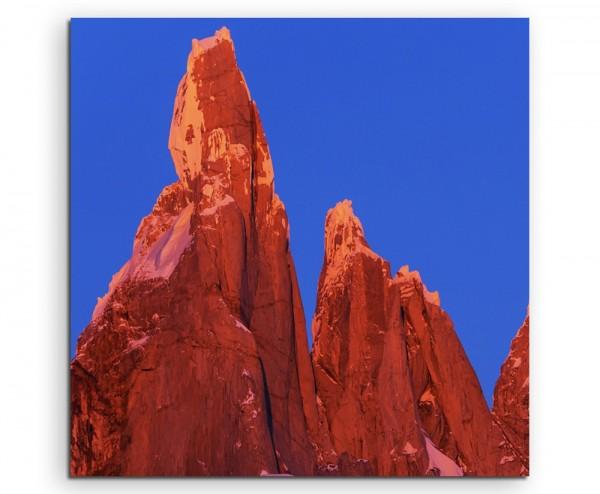 Landschaftsfotografie – Rote Felsen, Verro Torre, Argentinien auf Leinwand